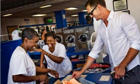 Alex pegando suas roupas na lavanderia